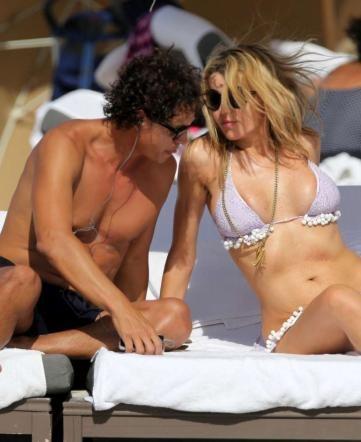 Rita Rusic, il seno esplode dal bikini
